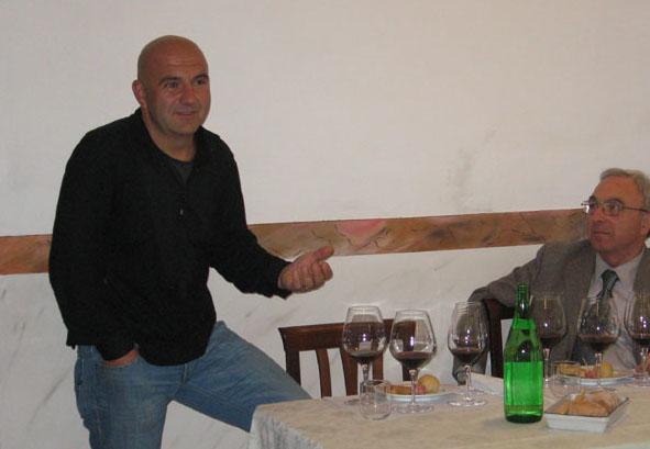 Luca Sandrone, fratello di Luciano, parla dei suoi vini. Nella foto, anche l'agente di zona Mario Villani