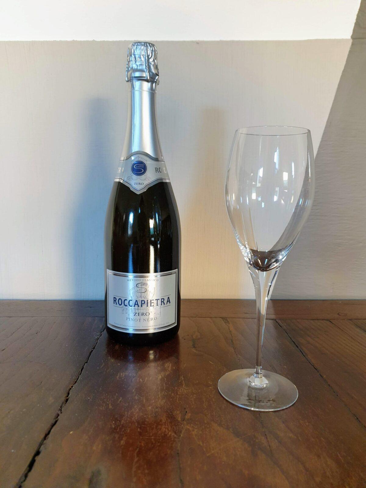 Bottiglia di Roccapietra Zero Cantina Scuropasso con bicchiere Matrona