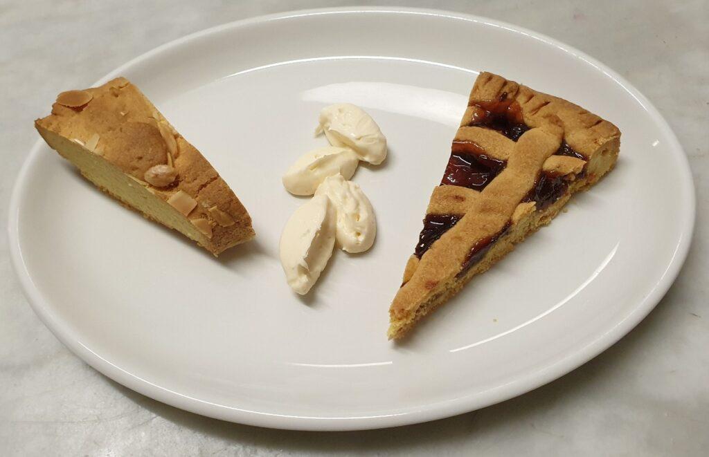 Crostata con marmellata di prugne e ciambellone alle mandorle con crema al mascarpone e Grand Marnier